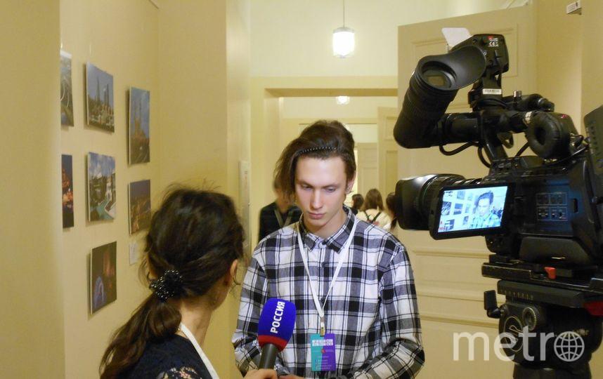 Макар (Соловьёв) Претро на выставке в здании Главного Штаба. Фото предоставлено Полиной Претро., vk.com