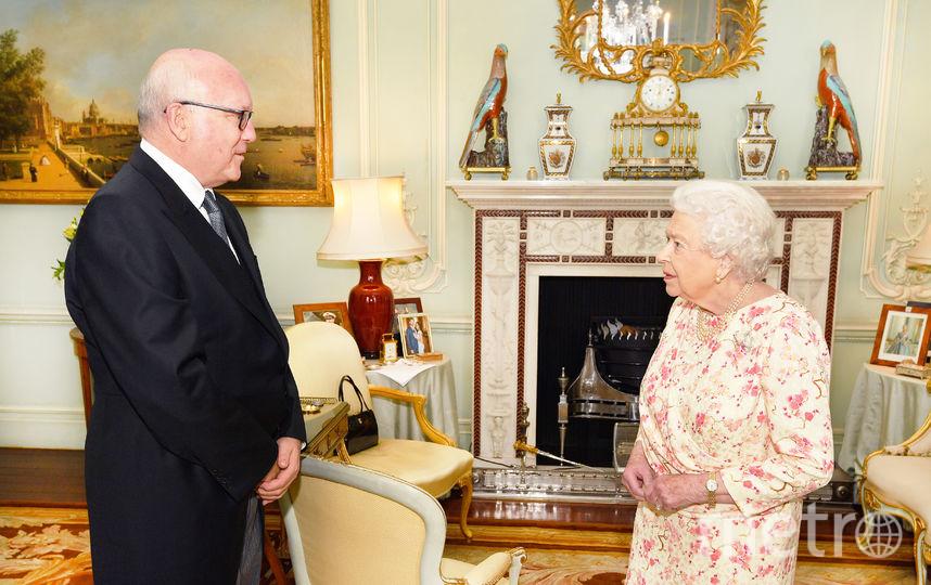Наблюдатели заметили, что на столике возле камина стоит фото принца Гарри с супругой. Фото Getty