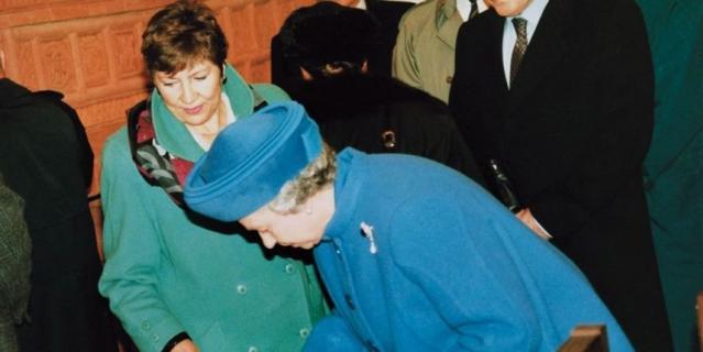 Королева Елизавета II в Старом Английском дворе.