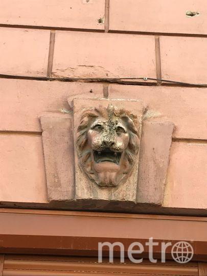 С фасада дома № 32 по 13-ой линии Васильевского острова было сбито 5 маскаронов. Фото gov.spb.ru