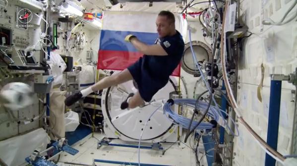 Космонавты Антон Шкаплеров и Олег Артемьев поиграли в футбол на МКС. Фото скриншот с видео instagram.com/roscosmosofficial