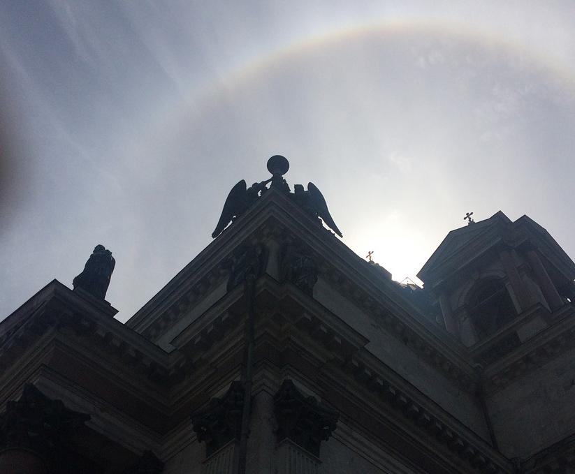 В Петербурге наблюдали круги вокруг солнца - гало. Фото скриншот www.instagram.com/digitall_angell/
