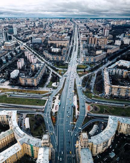 Пересечение Ленинского проспекта с Третьим транспортным кольцом. Внизу вдоль проспекта – знаменитые сталинки. Фото Instagram @kosmaj_project