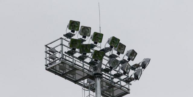 По периметру поля установили мощные прожекторы для вечерних тренировок.
