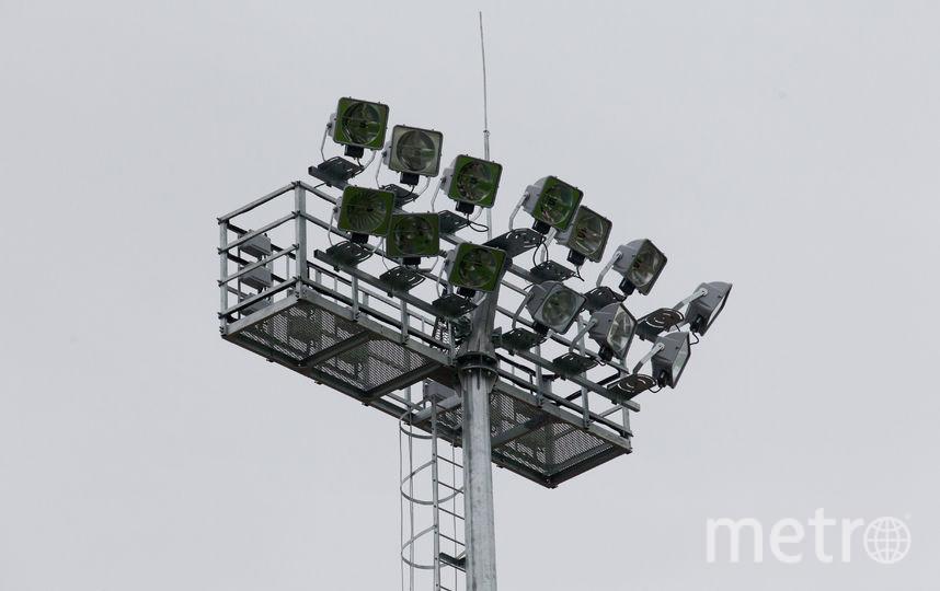 """По периметру поля установили мощные прожекторы для вечерних тренировок. Фото Василий Кузьмичёнок, """"Metro"""""""