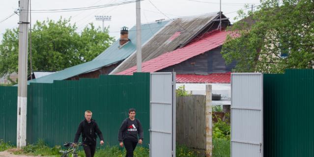 К чемпионату в Глебовском поставили новые заборы вторым рядом – вдоль старых..