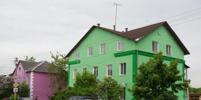 А дома покрасили в яркие цвета: зелёный, сиреневый и оранжевый. Жителям нравится..