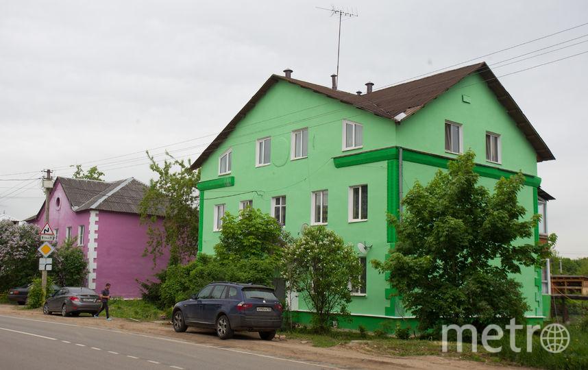 """А дома покрасили в яркие цвета: зелёный, сиреневый и оранжевый. Жителям нравится.. Фото Василий Кузьмичёнок, """"Metro"""""""