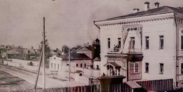 Развод караула у губернаторского дома. На балконе – члены царской семьи.