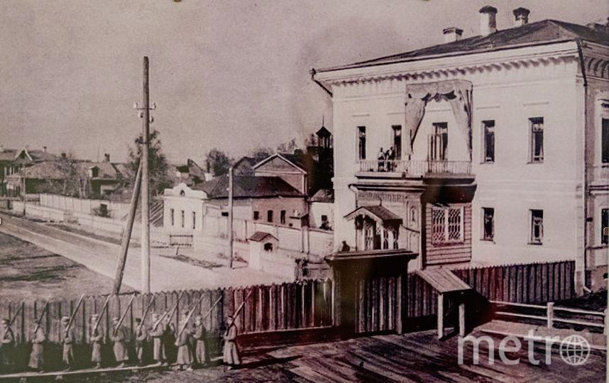 Развод караула у губернаторского дома. На балконе – члены царской семьи. Фото предоставлено Тобольским историко-архитектурным музеем-заповедником
