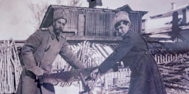 Николай II и цесаревич пилят дрова во дворе губернаторского дома.