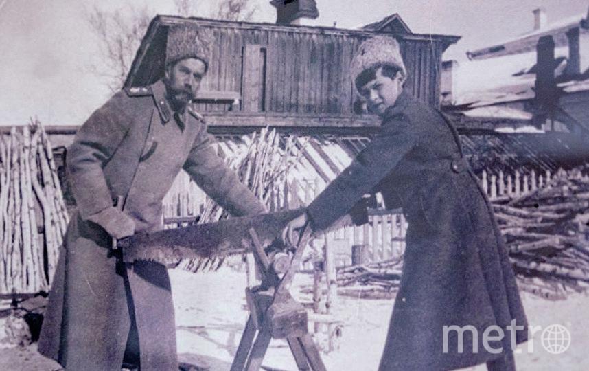 Николай  II и цесаревич пилят дрова во дворе губернаторского дома. Фото предоставлено Тобольским историко-архитектурным музеем-заповедником