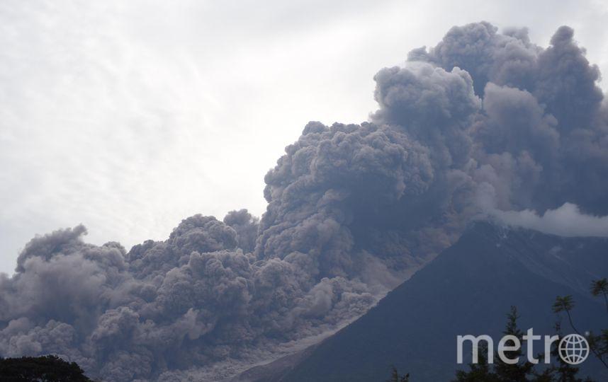 Вулкан начал извергаться в 11 утра по местному времени в воскресенье (восемь вечера по Москве) двумя вспышками, поднявшими облако пепла на высоту около 10 тысяч метров. Фото AFP