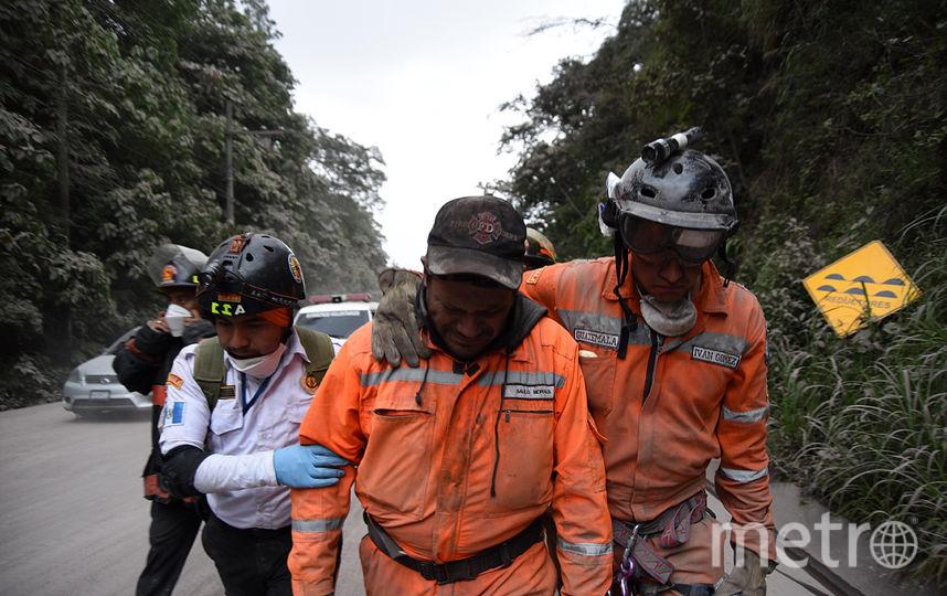 В ходе операции по спасению людей погиб и один из спасателей. Фото AFP
