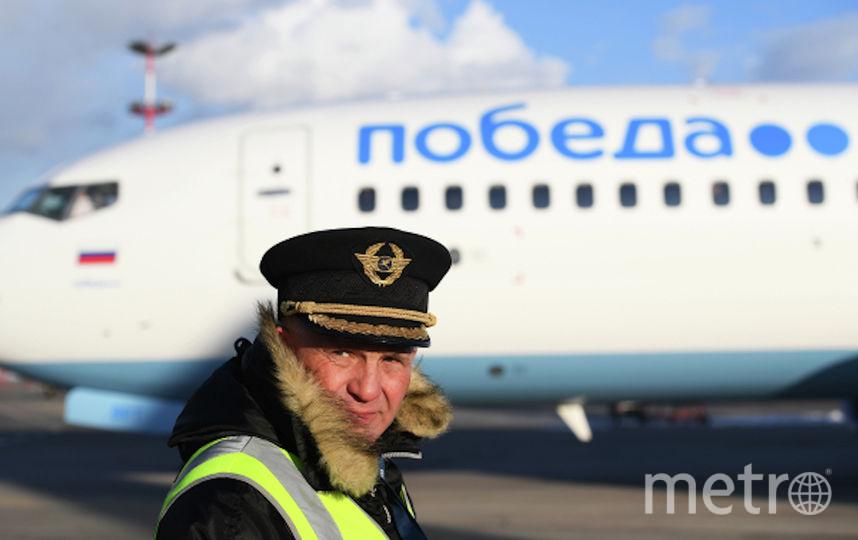 Сотрудник технических служб аэропорта Внуково во время обслуживание самолета авиакомпании «Победа». Фото РИА Новости