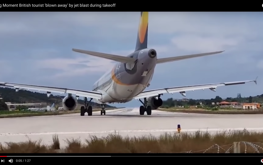 Несмотря на то что мужчина упал и мог получить травмы нахождение на столь небольшом расстоянии от отрывающегося от земли самолёта он назв