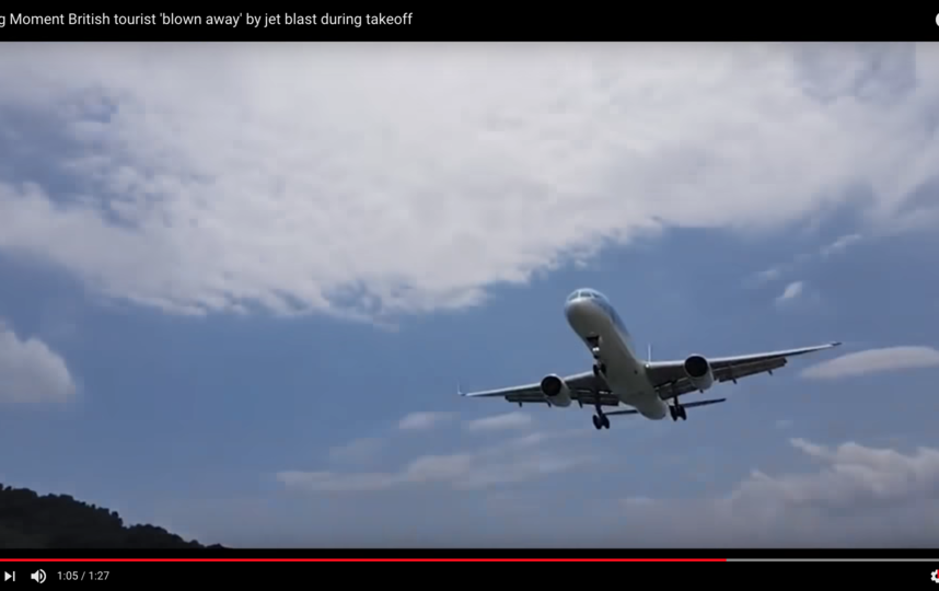 """Несмотря на то, что мужчина упал и мог получить травмы, нахождение на столь небольшом расстоянии от отрывающегося от земли самолёта он назвал """"потрясающим опытом"""". Фото Скриншот Youtube"""
