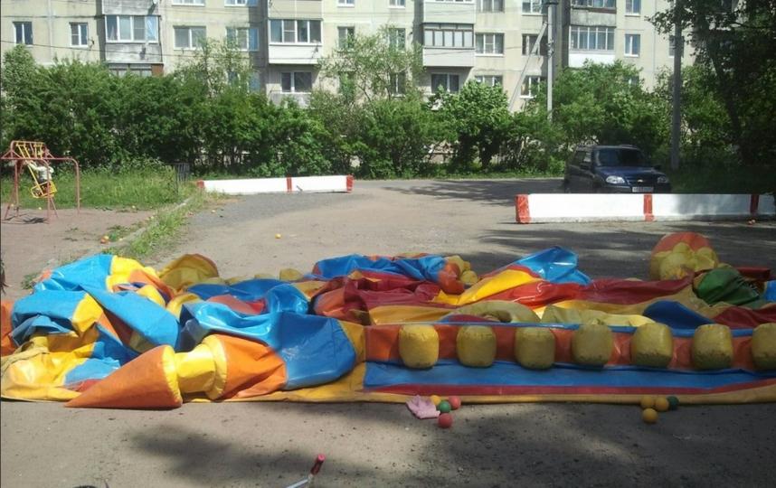 Ветер сорвал с места батут с детьми в Ленинградской области. Фото vk.com/spb_today