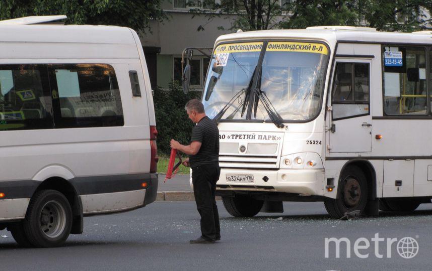В Петербурге столкнулись две маршрутки, пытаясь обогнать друг друга. Фото ДТП и ЧП | Санкт-Петербург | Питер Онлайн | СПб, vk.com