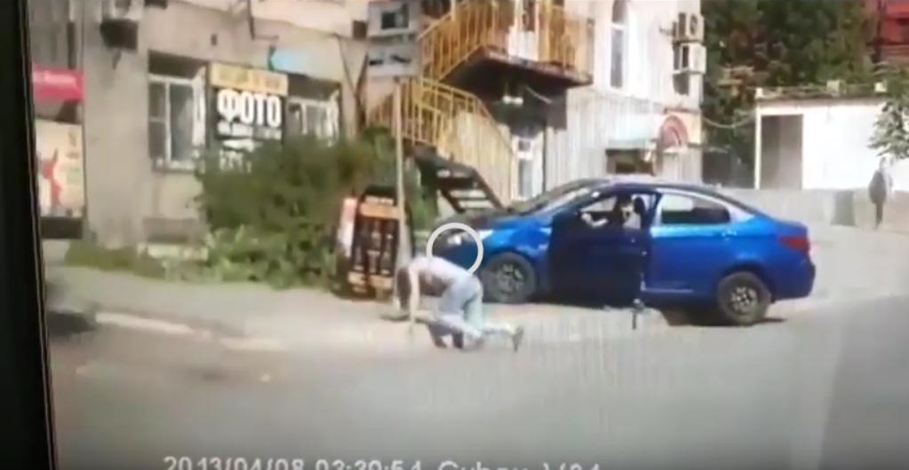 Ревнивый мужчина пытался переехать жену в Хабаровске: Видео. Фото Скриншот Youtube
