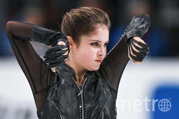 Юлия Липницкая (Россия) выступает в произвольной программе одиночного катания среди женщин на III этапе Гран-при по фигурному катанию в Москве. Фото РИА Новости