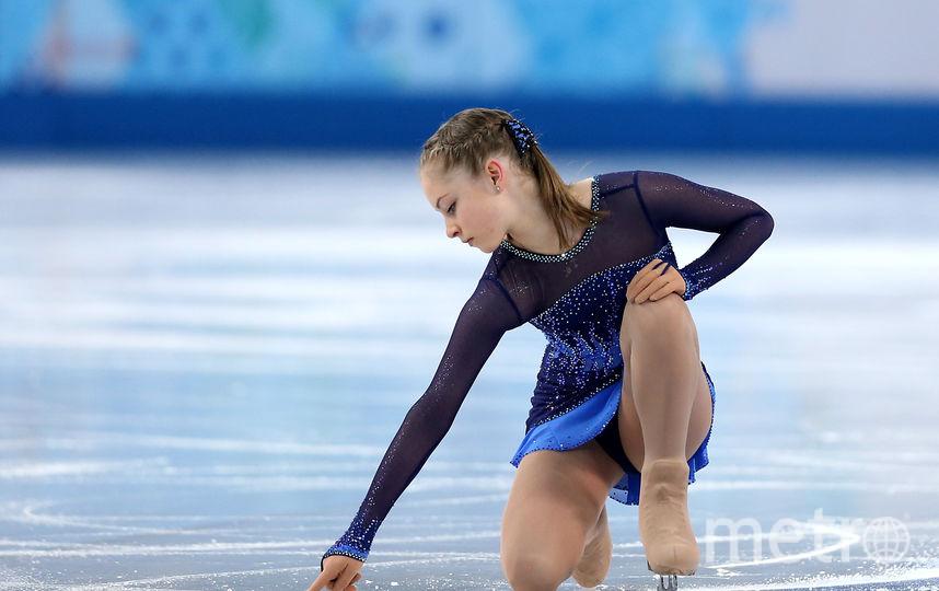Юлия Липницкая принимает подарки от зрителей на Олимпиаде в Сочи-2014. Фото Getty