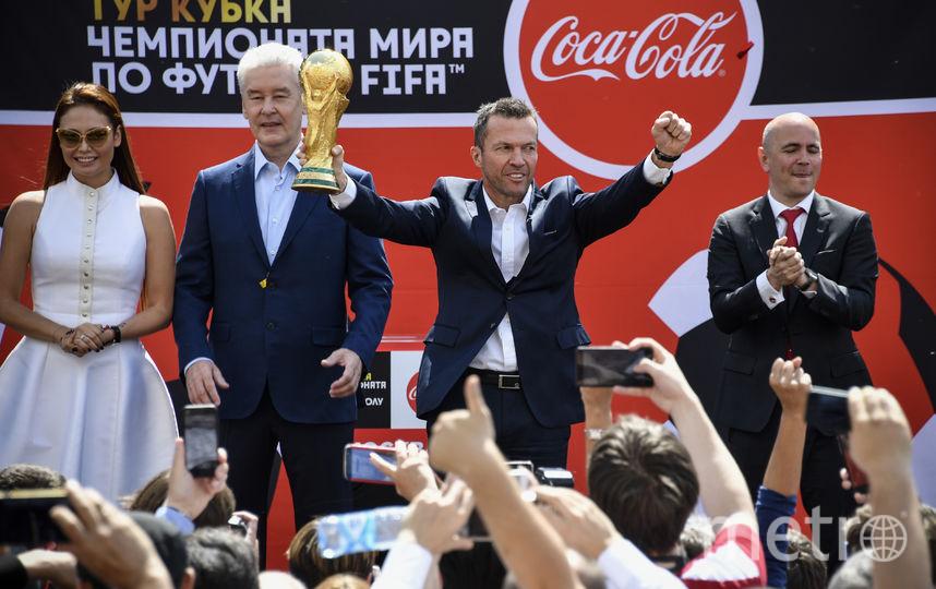 Сергей Собянин вместе с немецким футболистом Лотером Маттеусом на мероприятии в честь приезда Кубка Мира в Москву. Фото AFP
