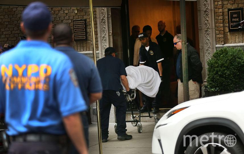 Полиция выносит тело Кейт Спейд из ее дома в Нью-Йорке. Фото Getty