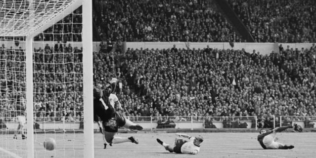 Несмотря на то что мяч отскочил от ворот, гол сборной Великобритании был засчитан.