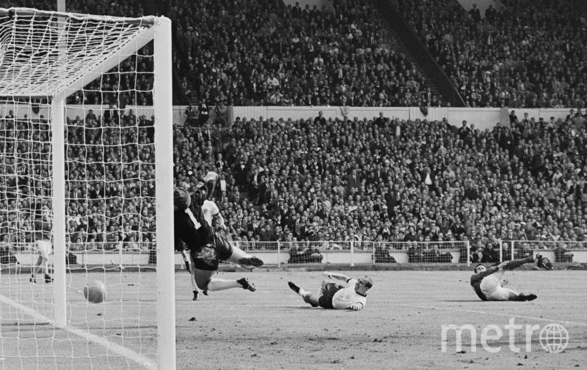 Несмотря на то что мяч отскочил от ворот, гол сборной Великобритании был засчитан. Фото Getty