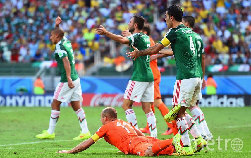 Бразилия-2014: матч Мексики против Голландии. Мексиканцы выигрывали со счётом 1:0, пока на 88-й минуте голландец Снейдер не забил гол. Три минуты спустя голландец Роббен симулировал в штрафной площади Мексики и арбитр назначил пенальти. Хунтелар реализовал 11-метровый и выбил мексиканцев из турнира. Фото Getty