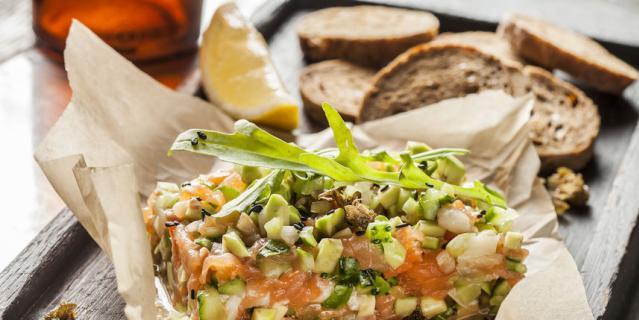 Тартар из копченого лосося, масляной рыбы, огурцов и авокадо от Андрея Заварницина, шеф-повара ресторана Meatless.