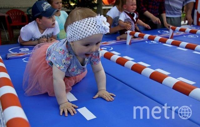 Малыши ползали с большим энтузиазмом. Фото https://78.мвд.рф/