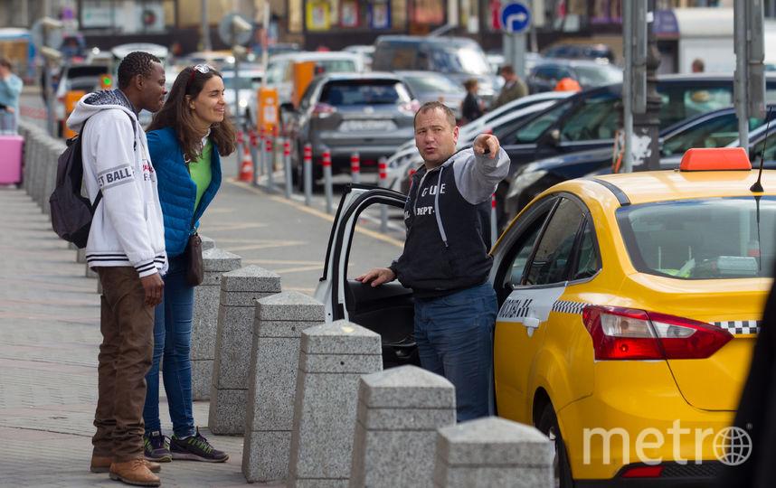 Кассир на «Белорусской» объяснила Бобу, сколько станций отделяет его от Красной площади. Фото Василий Кузьмичёнок