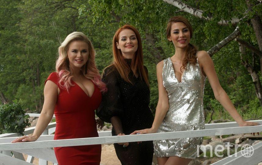 """По сюжету клипа три красавицы отправляются на курорт, чтобы найти богатых мужчин. Фото Михаил Садчиков-младший, """"Metro"""""""