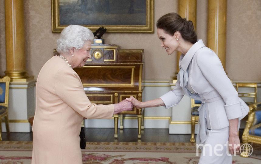 Королева Елизавета II и Анджелина Джоли в комнате для аудиенции. Фото Getty