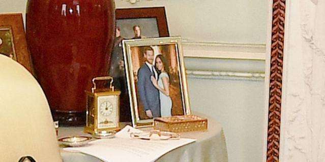 Фото в рамке в комнате для аудиенции.