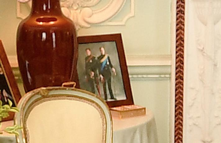 Фото в рамке в комнате для аудиенции. Фото Getty
