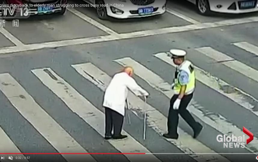 Пожилой мужчина с тростью пытается перейти дорогу. Фото Скриншот Youtube