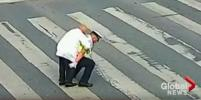 Добрый полицейский перенёс пожилого дедушку на себе через дорогу