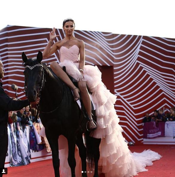 Ольга Бузова на коне. Фото скриншот https://www.instagram.com/muztv/?hl=ru
