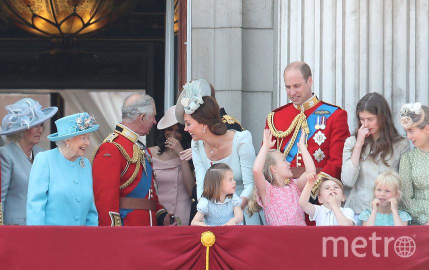Королевская семья на балконе Букингемского дворца.