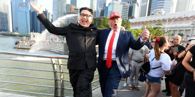 Двойники Дональда Трампа и Кем Чен Ына развлекают прохожих на улицах Сингапура.