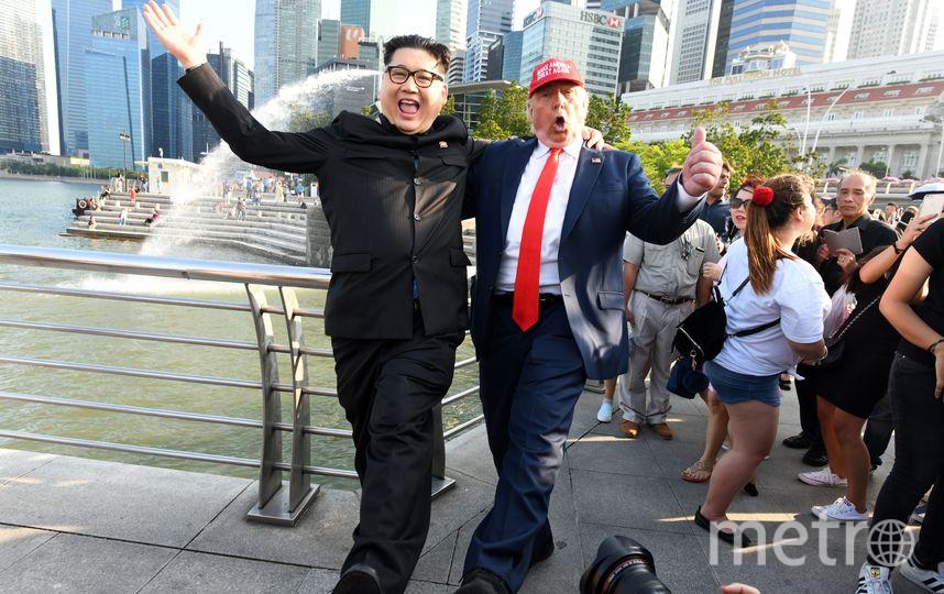 Двойники Дональда Трампа и Кем Чен Ына развлекают прохожих на улицах Сингапура. Фото AFP