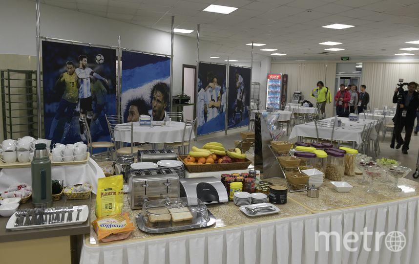 Ассоциация футбола Аргентины завезла на подмосковную базу национальной команды в подмосковном городе Бронницы около трех тонн еды, чтобы члены сборной во время чемпионата мира могли питаться привычными для них блюдами. Фото AFP
