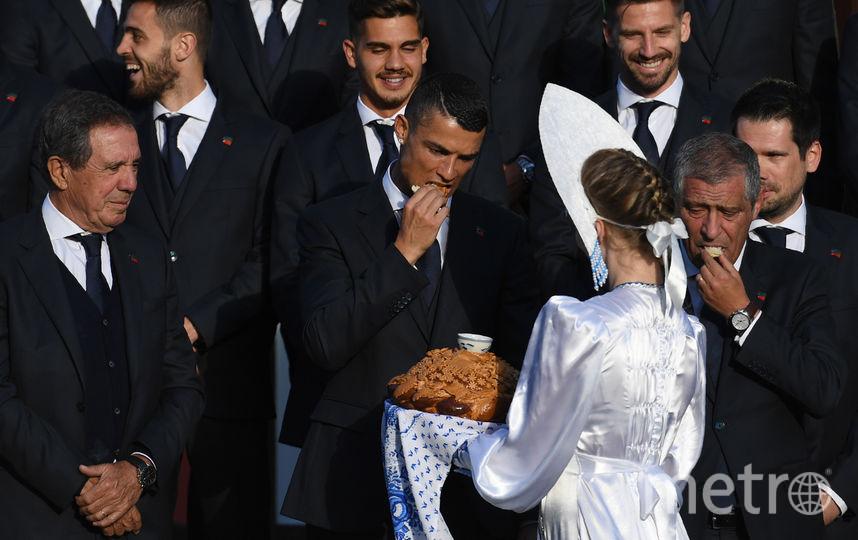 На встрече гостей в подмосковном Кратове лидера команды Криштиану Роналду угостили хлебом и солью. Фото AFP