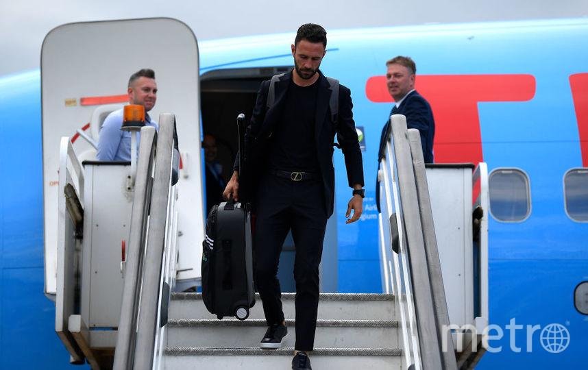 Футболист Мигель Лайюн покидает борт. Фото Getty