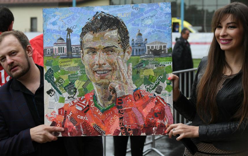 Такой портрет для португальца приготовил художник Андрей Шаталов. Фото РИА Новости
