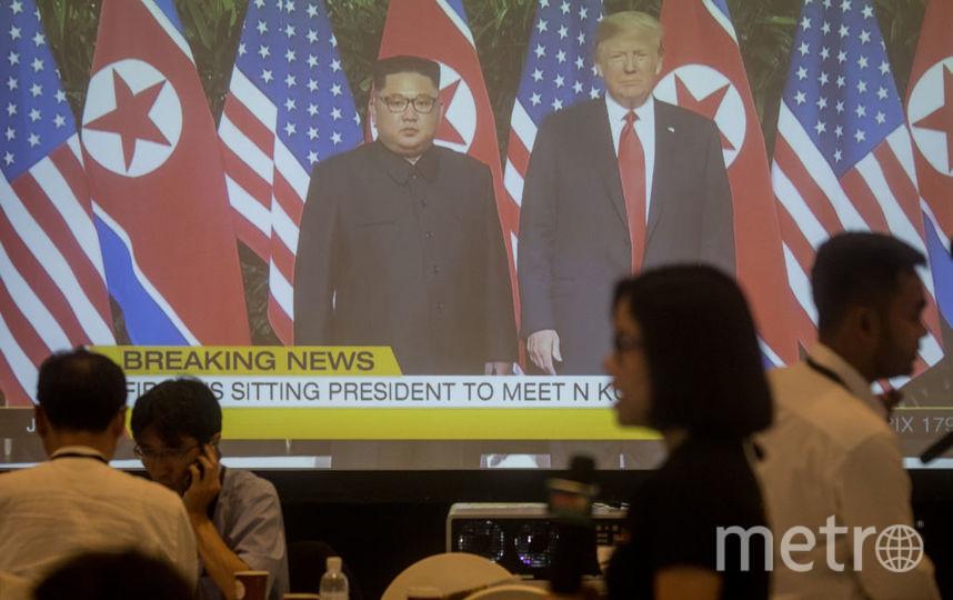 Дональд Трамп и Ким Чен Ын подписали документ по итогам саммита. Фото Getty