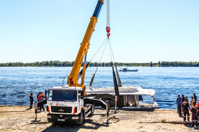 Катамаран, который частично затонул после столкновения с сухогрузом в Волгограде, подняли на берег. Фото http://34.mchs.gov.ru/